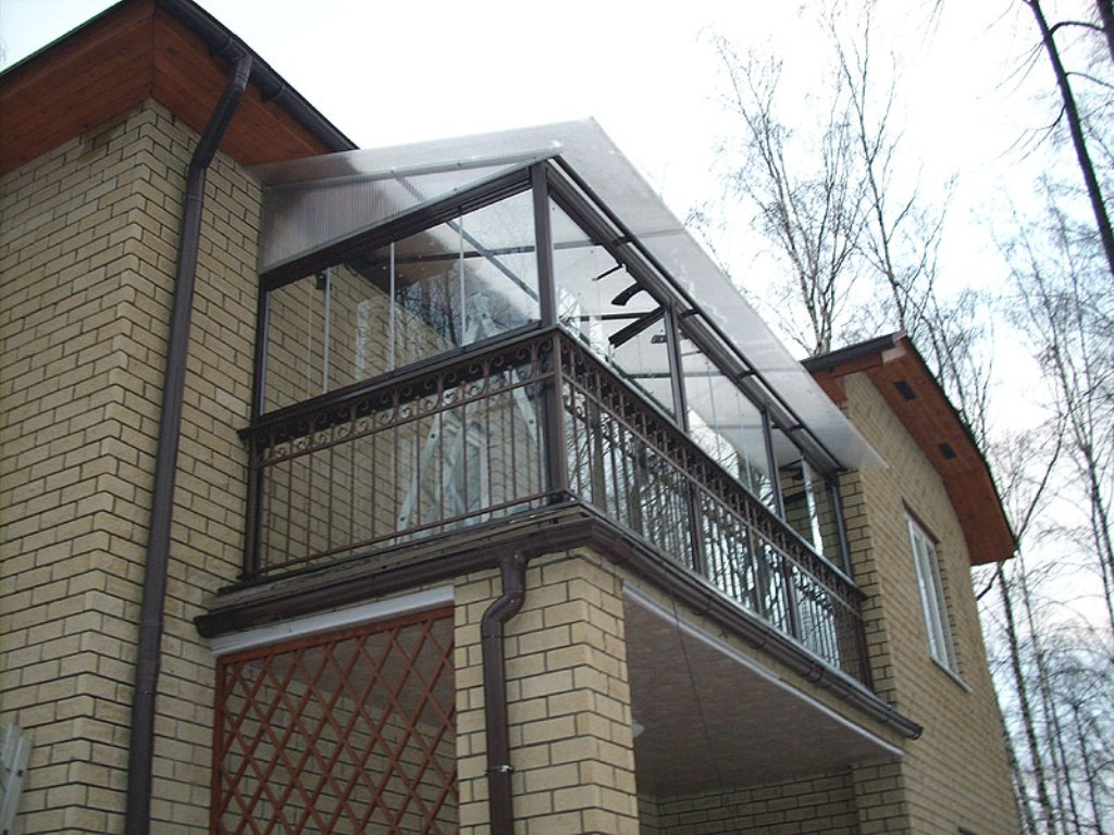Остекление балкона частных домов..