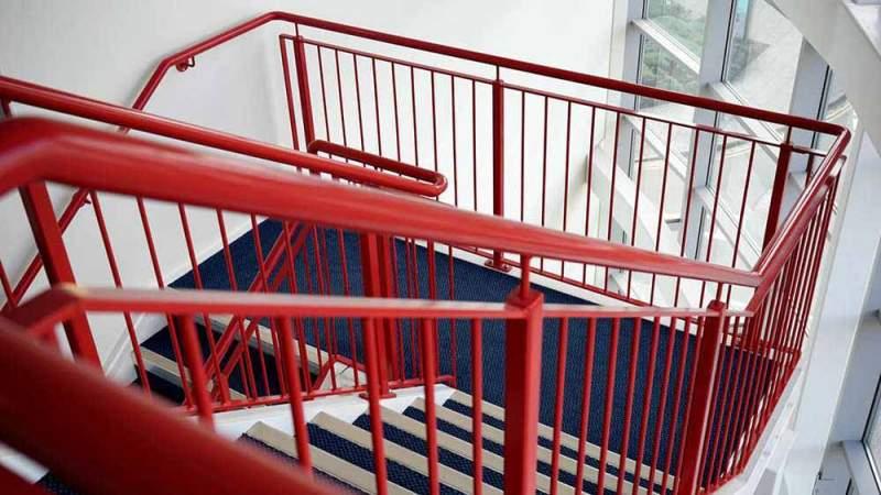 Металлические ограждения для лестниц в школу и детский сад