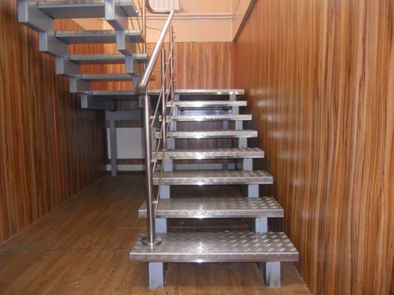 Оказываем услуги по проектированию, производству и установке лестниц из металла