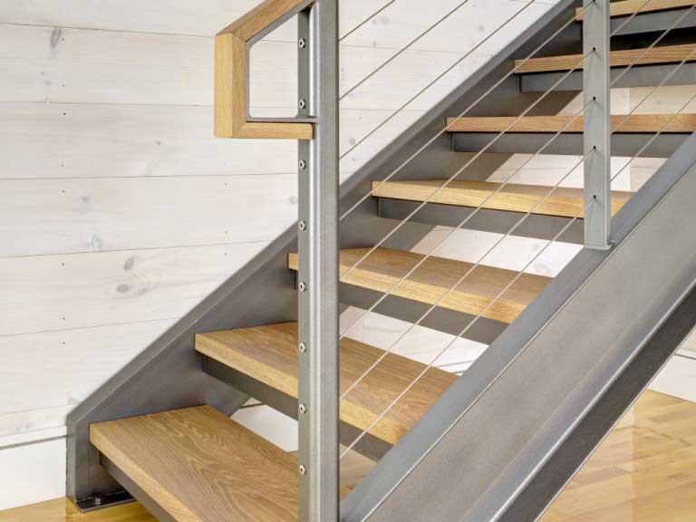 Лестница на металлокаркасе с деревянными перилами