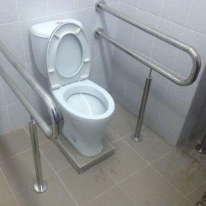 Опорно-откидной поручень рядом с туалетом с креплением только в пол, от 18 000 руб./м